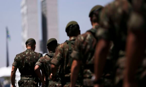 Homens brasileiros do exército brasileiro com fardas