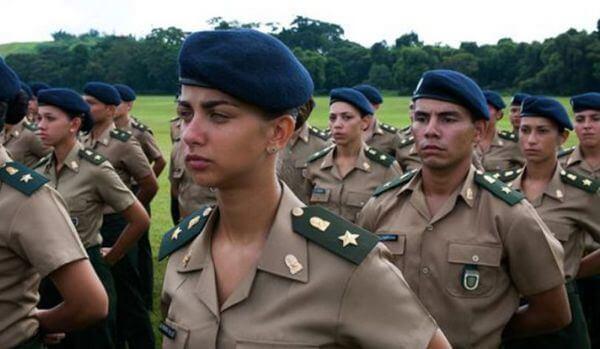 Homens e mulheres do exército brasileiro em ordem