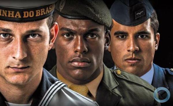 Homens do exército, marinha e aeronáutica brasileira