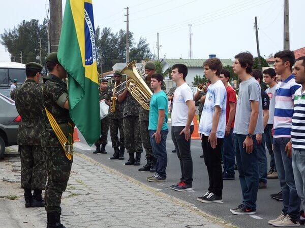 Jovens fazendo juramento à bandeira