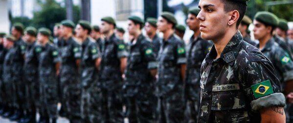 Homens alistados no exército brasileiro