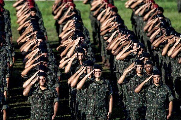 Homens do exército brasileiro fazendo continência