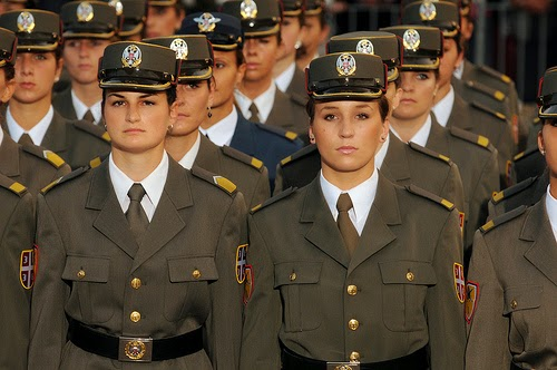Mulheres participando do alistamento militar feminino