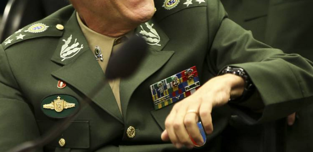 Militar brasileiro com insignias
