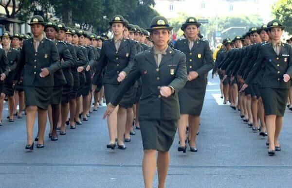 Mulheres militares seguindo carreira