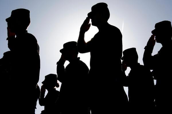 Militares brasileiros fazendo saudação