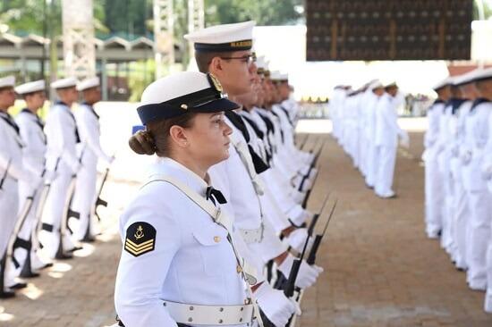 Homens e mulheres marchando com uniforme da marinha do Brasil