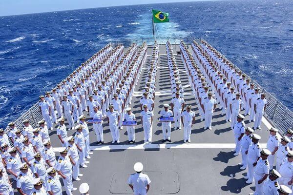Homens e mulheres em posição da marinha brasileira