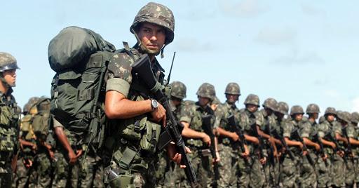 NPOR carregando armas em um batalhão do exército brasileiro