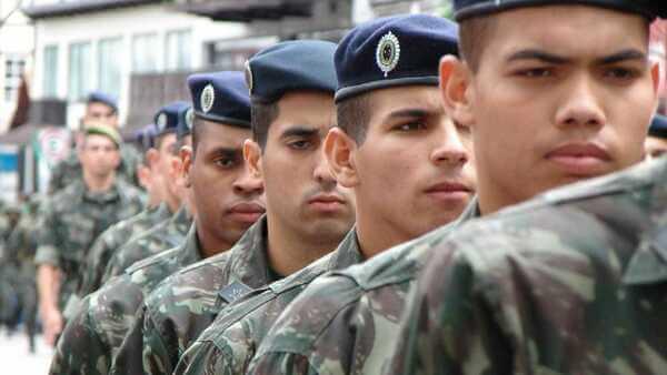 Homens fazendo continência no exército